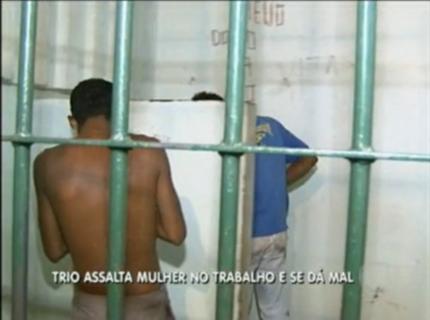 Criminosos são detidos após assalta uma mulher