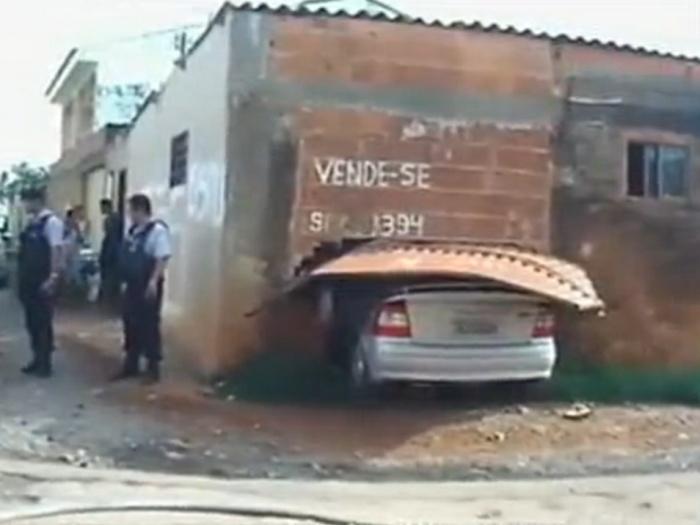 Crianças dão partida em carro e invadem uma casa