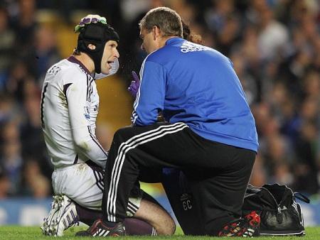 Cech fratura dedo da mão e vira desfalque no Chelsea - Futebol - R7