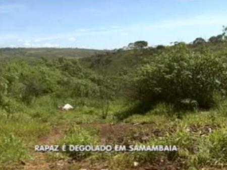 Corpo do jovem foi encontrado dentro de uma vala no meio do mato, em um local de difícil acesso