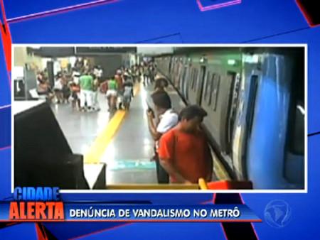 Download Homem Urinando Na Plataforma Repleta De Passageiros Rio