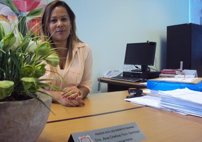 A delegada Ana Cristina Melo Santiago, de 43 anos, coordenada a Delegacia Especializada de Atendimento à Mulher