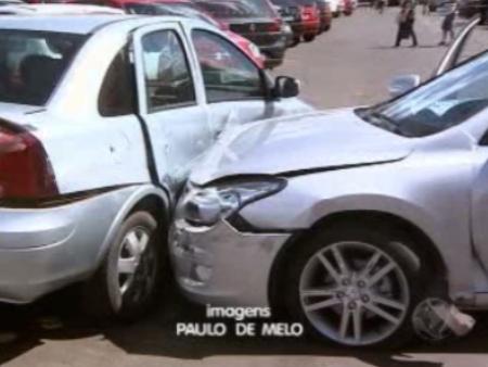 Idoso atingiu pelo menos dois carros e seis motos que estavam parados no estacionamento