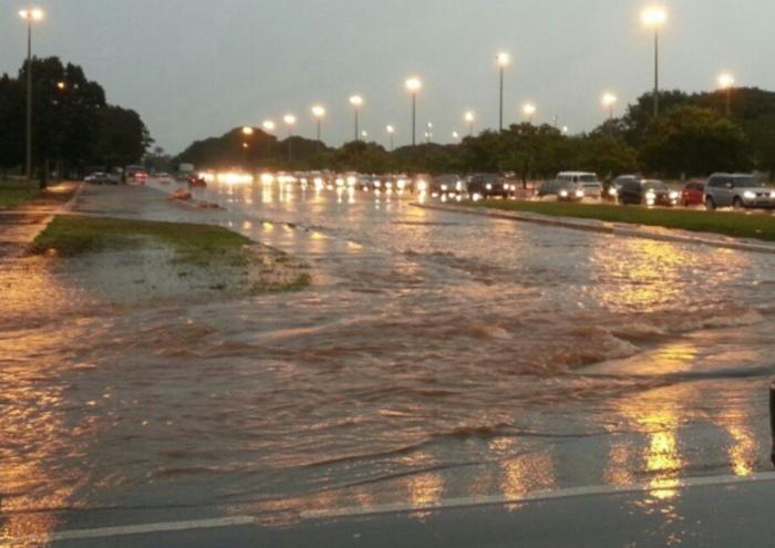 Chuva alaga vias de Brasília na tarde desta segunda-feira