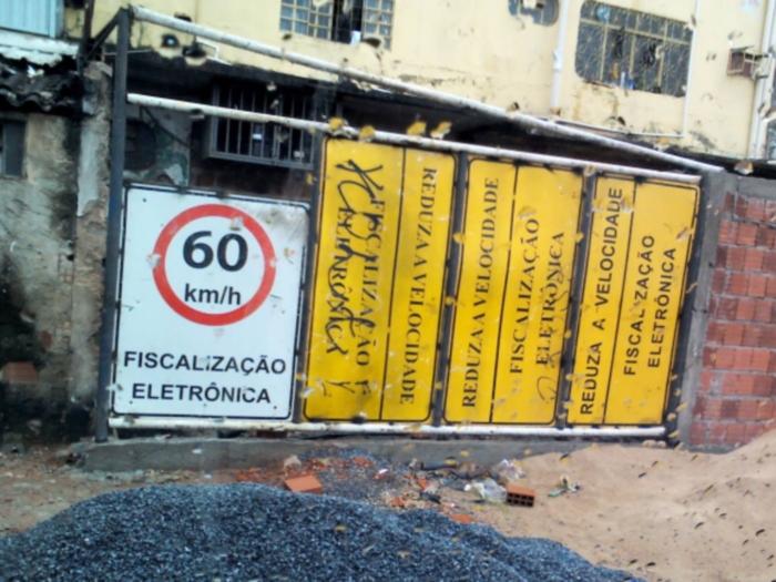 Placa de trânsito vira portão na Ceilândia