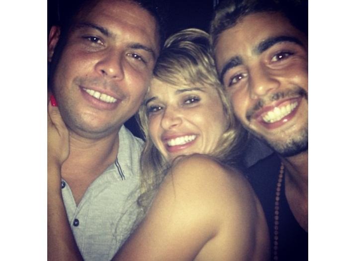 Dany Bananinha posa abraçada com Ronaldo e Pedro Scooby ...