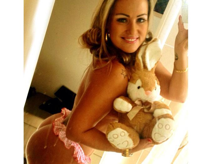 Capa da Sexy, Ísis Gomes faz foto sem roupa e com coelhinho de ...