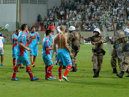 Jogador argentino esculacha policiais brasileiros após confusão no ...