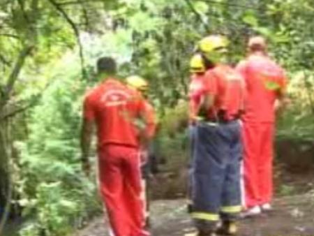 Bombeiros procuram pela criança que teria sido levada pela enxurrada