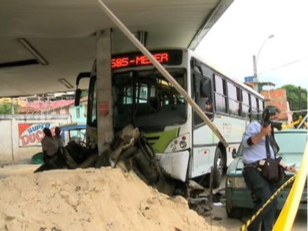 Mulher atropelada com criança no colo por ônibus teve as pernas amputadas