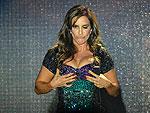 Com um super decote e vestido curtinho, Ivete Sangalo faz show em SP