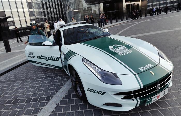 A polícia de Dubai, nos Emirados Árabes, mostrou nesta quinta-feira (25) sua mais nova aquisição: uma Ferrari FFde R$ 2,5 milhões.  O supercarro italiano...