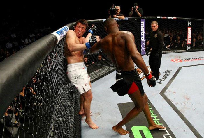 Falastrão Chael Sonnen leva surra e Jon Jones bate recorde no UFC