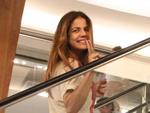 Nívea Stelmann brinca com paparazzo em shopping; Veja mais famosos que foram às compras