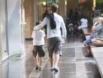 Mário Frias leva filho para passear em um shopping, enquanto mãe do menino é vista em outro