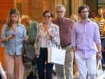 Lilia Cabral e Paulo Rocha levam amados para passear no RJ