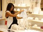 Juliana Paes faz compras para bebê