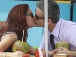 No papel de vilã, Paloma Bernardi dá beijão em Otaviano Costa