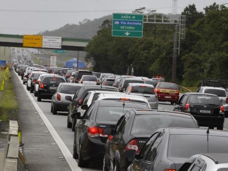 Cerca de 2 milhões de veículos devem deixar a capital neste feriado ...