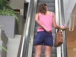 Débora Nascimento dá ajeitadinha em short curtinho durante passeio