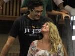 Novo amor! Luciano Szafir troca beijos com loira em livraria