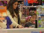 Filho acompanha Giovanna Antonelli nas compras e ganha presente