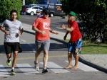 """Luciano Huck """"esnoba"""" fã em corrida no Rio"""